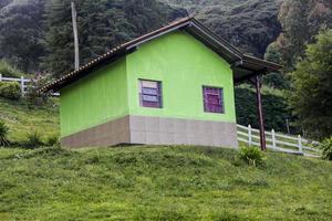 groen huis op de berg foto