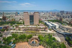 skyline van de nieuwe stad van taipei en het treinstation van banciao, taiwan foto