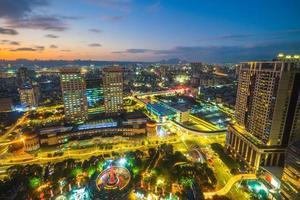 skyline van de nieuwe stad van taipei en het treinstation in taiwan foto