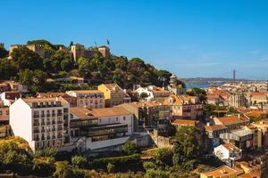 landschap van het kasteel van heilige george en de rivier de taag in lissabon in portugal foto