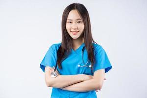 portret van een Aziatische verpleegster op een witte achtergrond foto