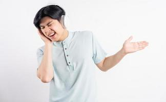 de Aziatische man luisterde naar muziek terwijl hij meezong foto