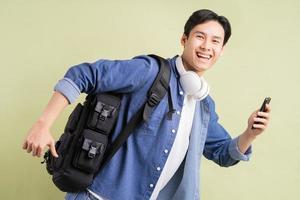 verschillende Aziatische studenten rennen terwijl ze smartphones in de hand houden foto