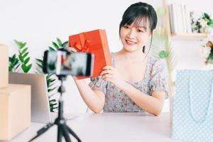 jonge Aziatische vrouw livestream om cadeaus te geven aan het publiek dat haar stream op sociale netwerkplatforms bekijkt foto