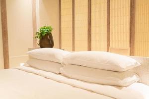 witte kussensdecoratie op bed in de slaapkamer van het luxehoteltoevlucht foto