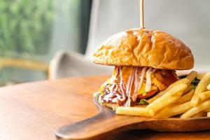 runderburger met kaas en saus op houten plaat foto