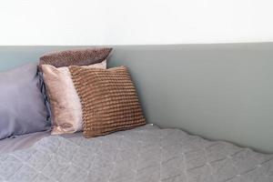 kussendecoratie op een bed in de slaapkamer foto