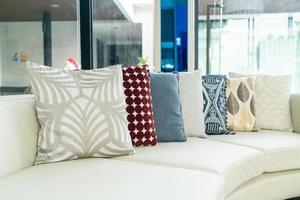 kussens decoratie op een bank in een woonkamer foto