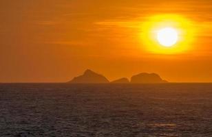 zonsondergang op het strand van ipanema foto