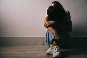het jonge Aziatische meisje huilt omdat ze veel druk in haar leven heeft foto