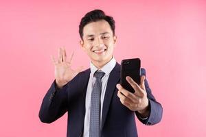 afbeelding van jonge Aziatische zakenman op roze achtergrond foto