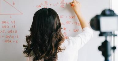 Aziatische vrouwelijke leraren nemen lessen op voor online leswerk foto