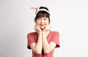 jonge aziatische vrouw die zich voordeed op een witte achtergrond foto
