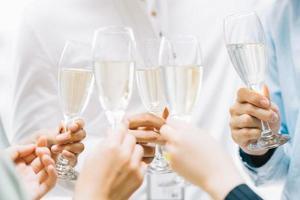 groep Aziatische zakenmensen proosten samen en kletsen op een bedrijfsfeest foto