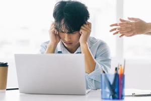 mannelijke werknemers voelen de druk van hun baan foto