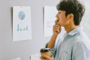 Aziatische zakenman denkt aan groeiplannen foto