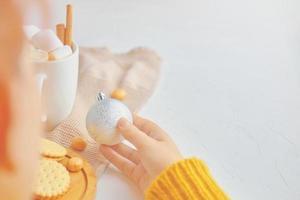 vrouwen houdt kerstspeelgoed in haar hand. foto