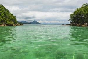 smaragdgroen water in angra dos reis foto