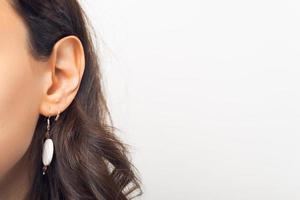 close-up foto van vrouw oren op witte achtergrond