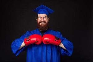 foto van jonge man met baard in vrijgezel en met rode bokshandschoenen