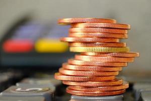 stapel munten op tafelachtergrond en geld besparen en bedrijfsgroeiconcept, financiën en investeringsconcept foto