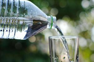 drinkwater op houten tafel en ruimte voor tekst foto