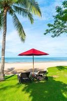 paraplu en stoelen met uitzicht op zee, oceaan in hotelresort voor vakantie, vakantie, reisconcept foto