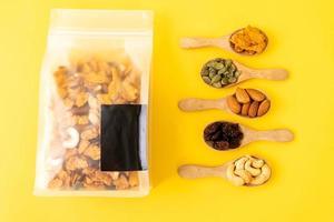 granen cornflakes van cashewnoot, amandel, pompoenpitten en zonnebloempitten - gezond meergranenvoer foto