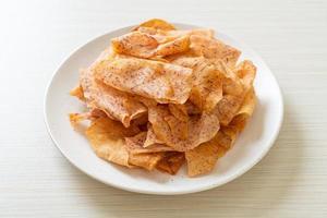 knapperige taro-chips - gebakken of gebakken gesneden taro foto