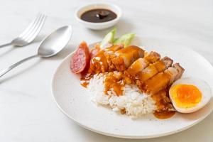 krokant buikspek op rijst met rode barbecuesaus foto