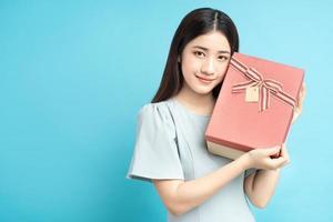 Aziatische vrouw met geschenkdoos foto