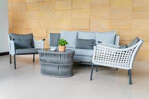 lege terrasstoel en tafel met kussen foto