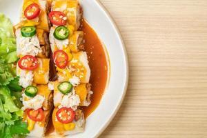 verse loempia's met krab en saus en groenten - gezonde voedingsstijl foto
