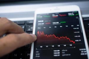 digitale handelsgegevens op het concept van bedrijfsinvesteringenfinanciën op het scherm foto