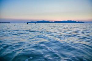 blauwe zeezicht en blauwe hemelachtergrond foto