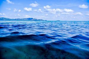 blauwe zee fleuren zeezicht blauwe lucht achtergrond op foto
