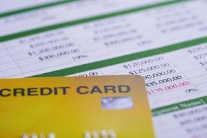 creditcard op spreadsheetpapier, bedrijfsfinanciënconcept. foto