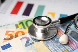 stethoscoop op eu-bankbiljetten, financiën, rekening, statistieken, analytische onderzoeksgegevens en bedrijfsconcept voor medische gezondheidsvergaderingen foto