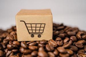 doos met winkelwagen logo symbool op koffiebonen, import export online winkelen of e-commerce bezorgservice winkel product verzending, handel, leverancier concept. foto