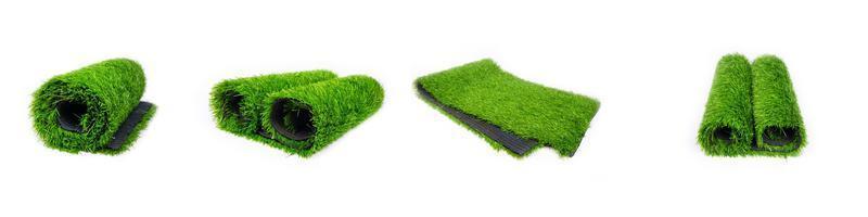 Set roll van kunstmatig groen gras geïsoleerd op een witte achtergrond, plastic gazon foto
