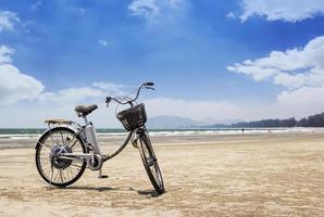 fiets op het strand foto