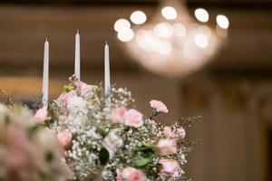 kaars in het donker, huwelijkskaars met bokeh lichte achtergrond foto