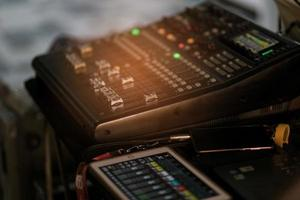 soundcheck voor concert, mixerbediening, muziektechnicus, backstage foto