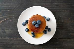 chocolade pannenkoek stapel met bosbessen en honing op een bord foto