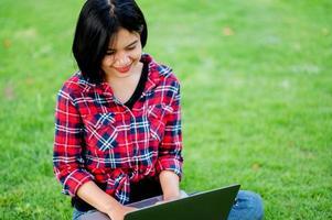 Aziatische vrouwen glimlachen gelukkig en laptop. werk online online communicatie messaging online leren online communicatieconcept foto