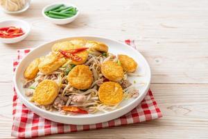 roergebakken taugé, ei-tofu en varkensgehakt - Aziatisch eten foto