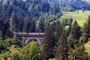 een schilderachtig alpenlandschap met een oude spoorbrug. Oostenrijk. foto