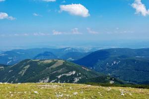 het oostenrijkse alpine berglandschap op een wazige herfstdag. foto