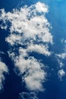 wolkenlandschap. blauwe lucht en witte wolk. zonnige dag. foto