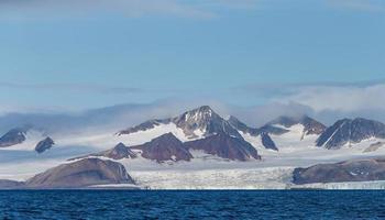 dicht bij de noordpool vind je dit prachtige landschap op svalbard spitsbergen foto